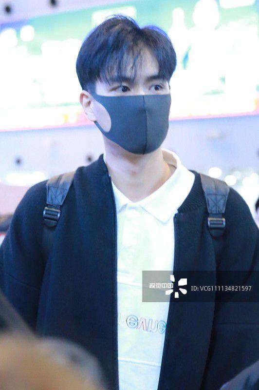 """""""Giang Thần"""" Hồ Nhất Thiên loay hoay giữa biển fan tại sân bay (1)"""