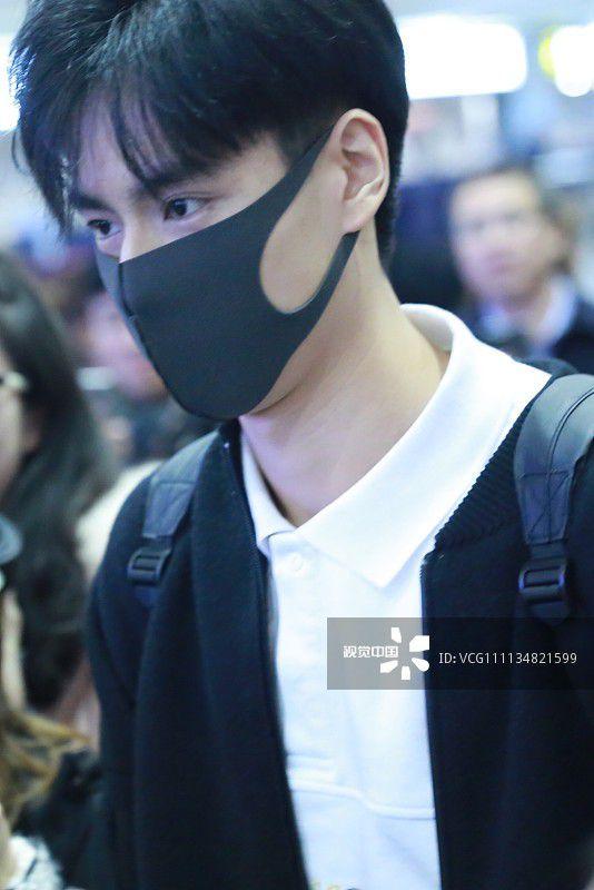 """""""Giang Thần"""" Hồ Nhất Thiên loay hoay giữa biển fan tại sân bay (2)"""