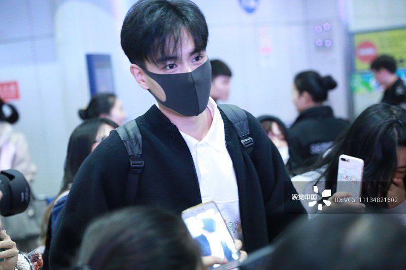 """""""Giang Thần"""" Hồ Nhất Thiên loay hoay giữa biển fan tại sân bay (7)"""