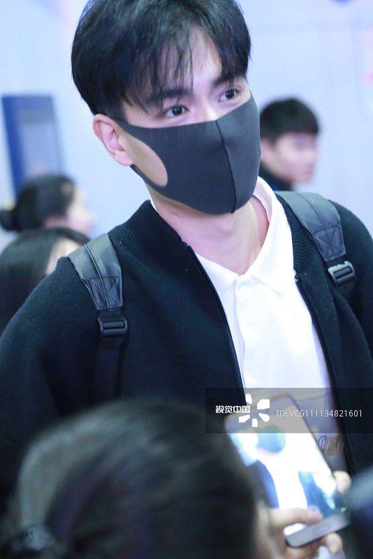 """""""Giang Thần"""" Hồ Nhất Thiên loay hoay giữa biển fan tại sân bay (8)"""