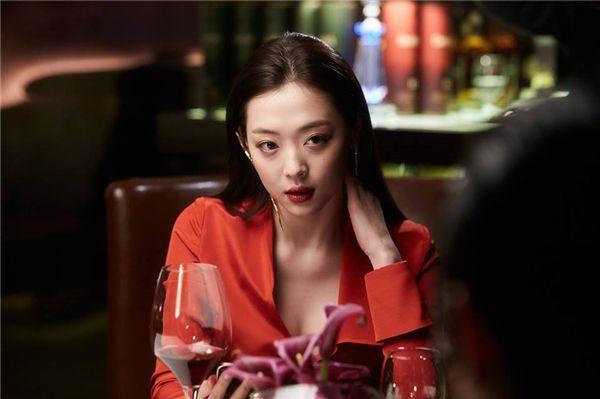 Sulli cực xinh đẹp sánh vai bên mỹ nam Kim Soo Hyun